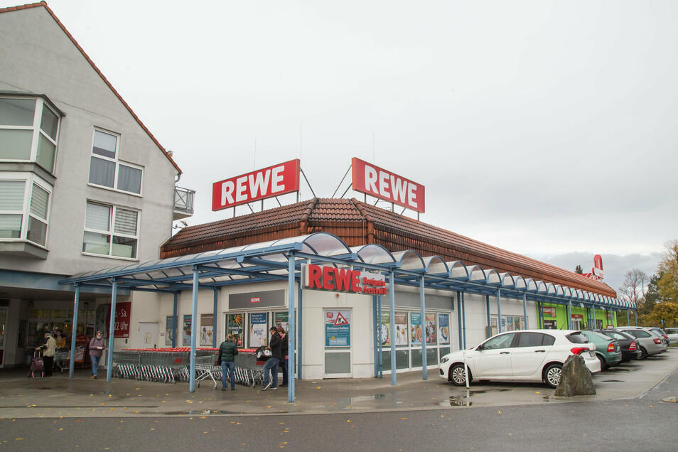 Ranfahren, bezahlen, bestellte Kiste nehmen - so schnell kann der Einkauf erledigt sein, mit dem neuen Abholservice, den Rewe jetzt anbietet.