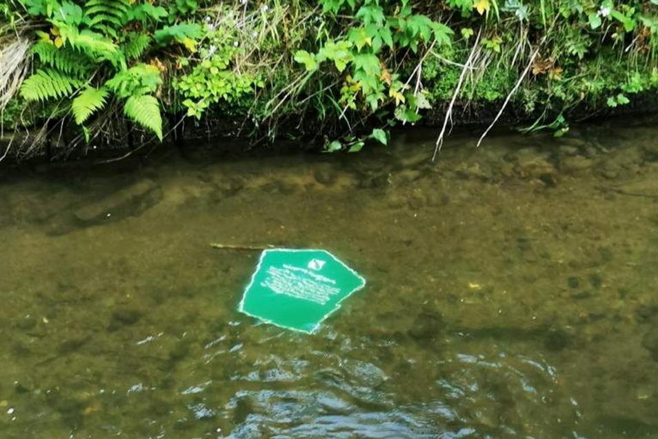Ein Hinweisschild zum historischen Flößersteig landete ebenfalls im Wasser. Mehrere Pfähle sind umgebrochen.