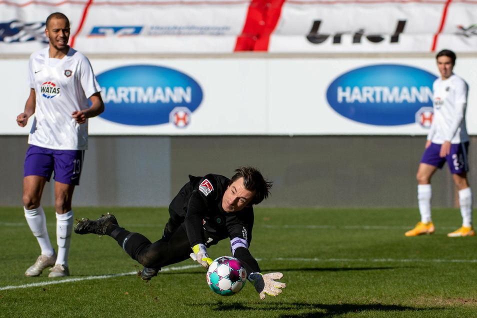 Aues Torwart Martin Männel pariert gleich zwei Elfmeter in Heidenheim, sein FC Erzgebirge verliert am Ende dennoch mit 0:2.