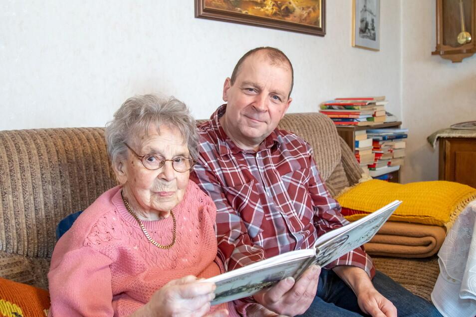 Dorothea Eckert aus Deschka wird am Sonnabend 100 Jahre alt. Sie ist die älteste Einwohnerin der Gemeinde Neißeaue. Hier auf dem Sofa mit Sohn Siegfried.