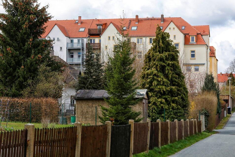 Zu manchen Häusern gehören auch Gärten und die machen das Viertel grüner - so wie hier An der Flösselaue.