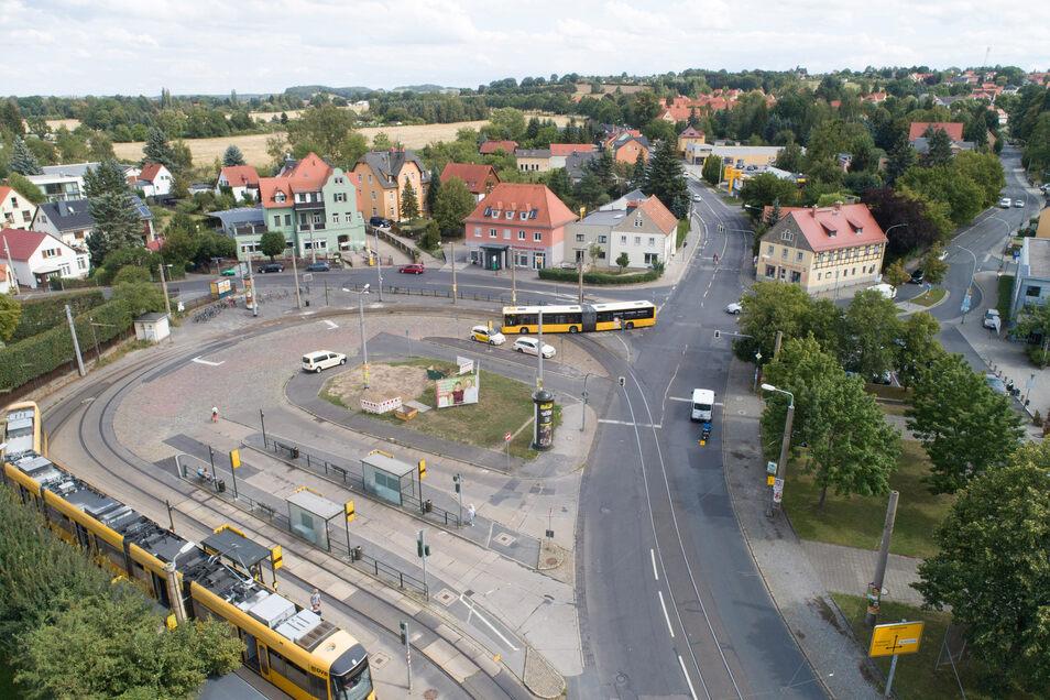 Der Ullersdorfer Platz aus der Vogelperspektive. Das Gebäude Bautzner Landstraße 161 befindet sich direkt hinter dem einbiegenden Bus. Dies wäre eine Engstelle, wenn die Straßenbahngleise verlängert werden sollten.