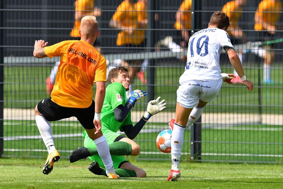Luka Zahovic (Stettin) scheitert an Dynamos Torwart Anton Mitryushkin. Luka Stor kann nur zuschauen.