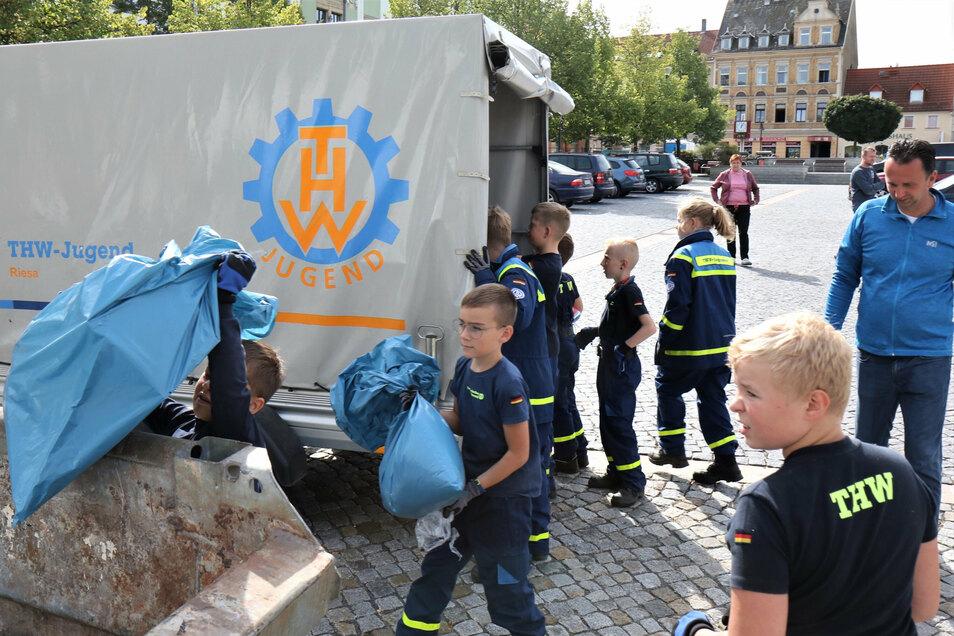 """Die Riesaer THW-Jugend packte am Sonnabend bei """"Sauberes Riesa"""" auch mit an - und befüllte Container am Rathausplatz mit gesammeltem Müll."""