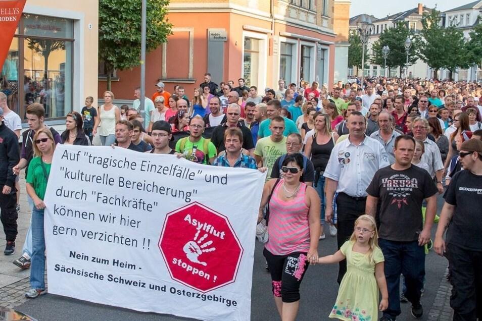 Rund 1 000 Menschen haben am Freitagabend in Heidenau gegen die Unterbringung der Asylbewerber im ehemaligen Praktiker demonstriert.