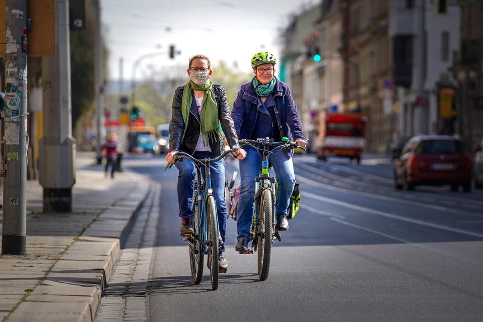 Ulrike Caspary, Sprecherin für Fuß- und Radverkehr (r.), und Susanne Krause auf der Bautzner Straße, wo es bisher keinen Radweg gibt.
