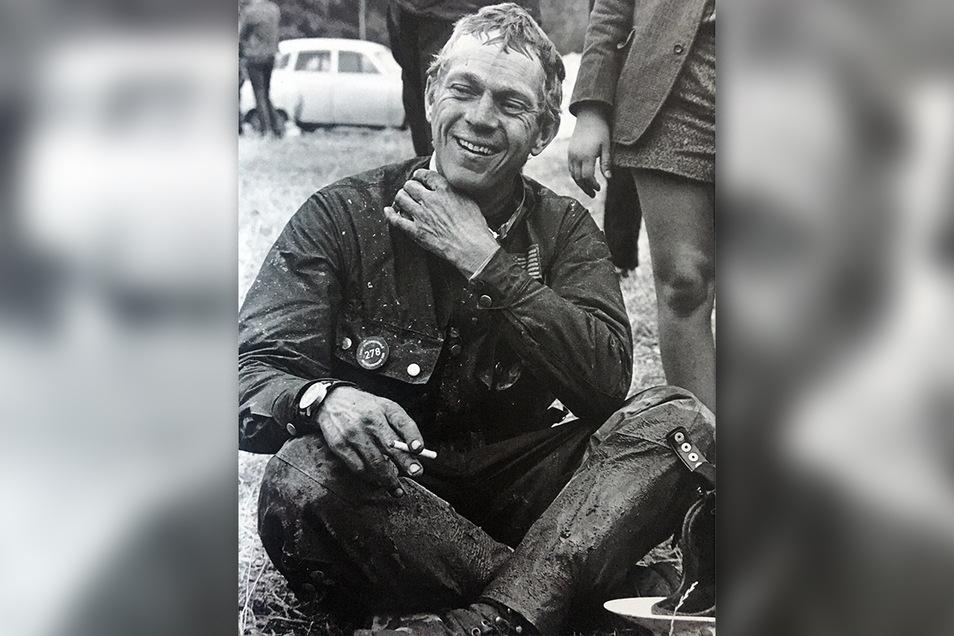 Steve McQueen nach einem anstrengenden Wettkampftag entspannt mit einer Zigarette.