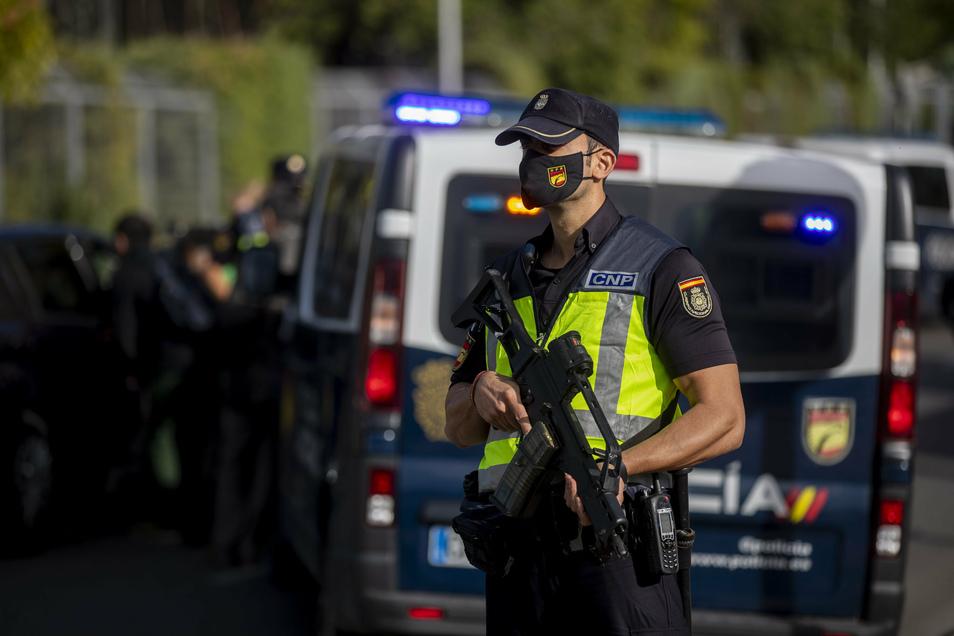 45 vorwiegend einkommensschwache Gebiete Madrids sind bereits gesperrt, um die Ausbreitung des Coronavirus zu verhindern. Weil die Fallzahlen aber weiter steigen, soll nun die gesamte Metropole abgeriegelt werden.
