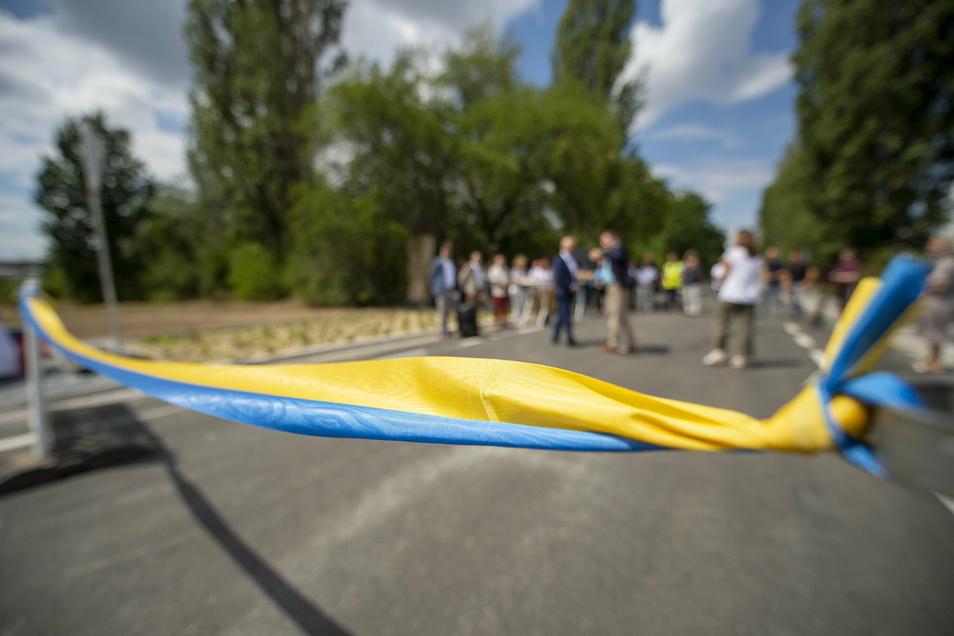 Freitag, 14 Uhr: Gleich ist es soweit und das Band zur Freigabe der komplett neu ausgebauten Industriestraße in Coswig wird zerschnitten.