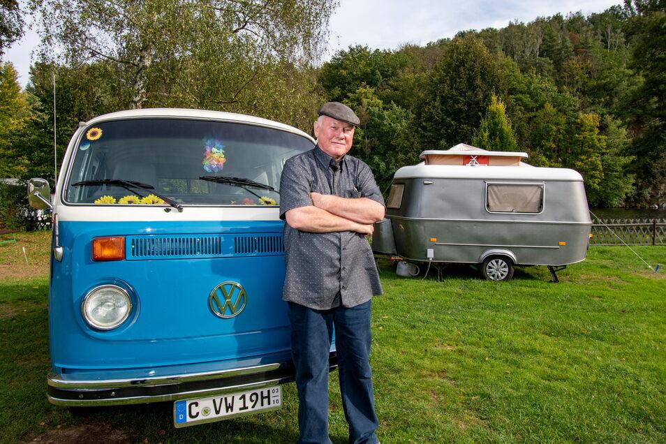 Friedhelm Werner hat seinen VW Bus mit Wohnanhänger zwei Jahre lang selbst restauriert. Nun kommt er damit zum Campen auch an die Talsperre Kriebstein.