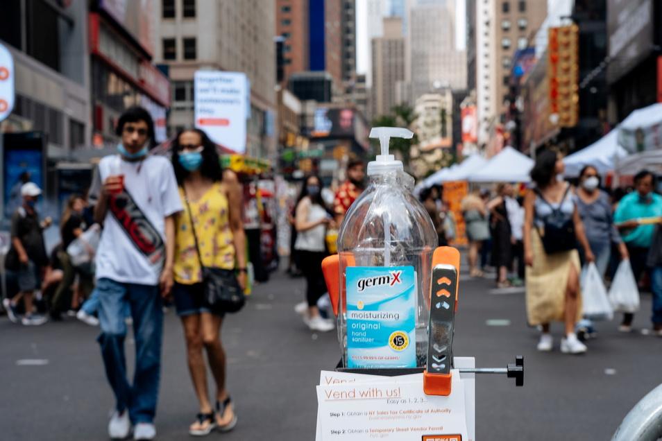 New York: Eine Flasche zum Desinfizieren der Hände steht am Broadway nahe Times Square. Theater dort wollen nur geimpfte Zuschauer einlassen.