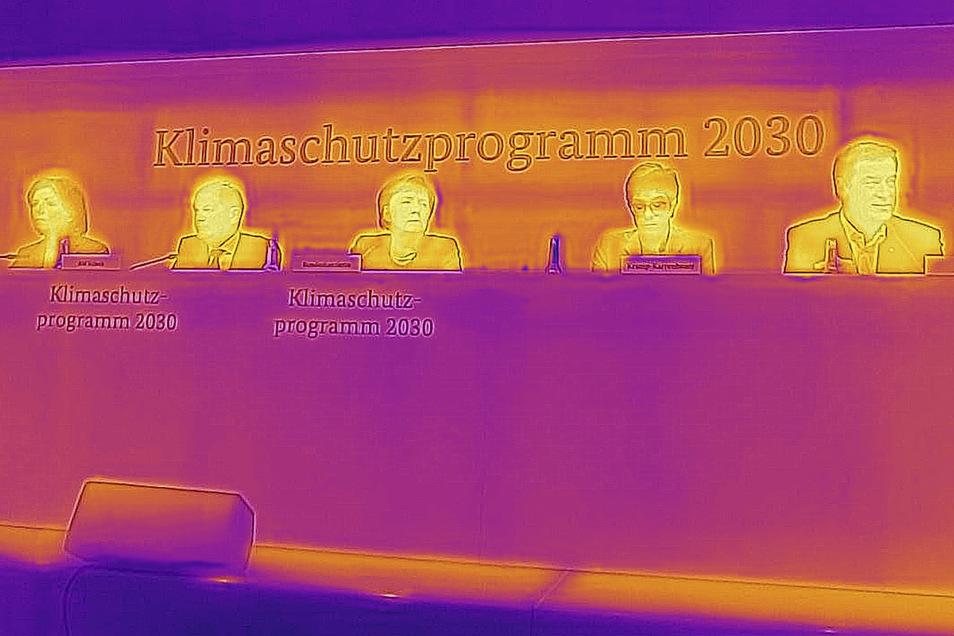Das Foto einer Wärmebildkamera zeigt Kanzlerin Angela Merkel und Mitglieder des Klimakabinetts bei einer Pressekonferenz.