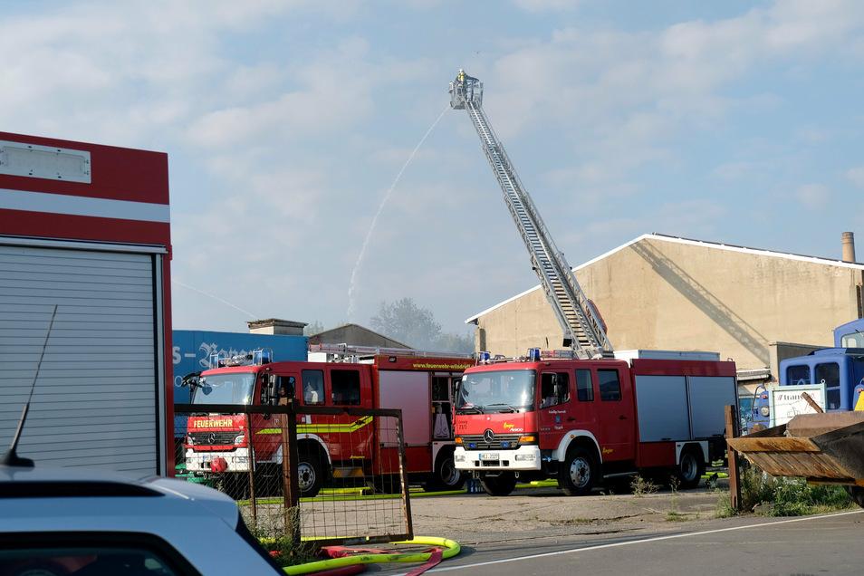 Die Feuerwehr löschte in Sönitz mit mehreren Drehleitern.