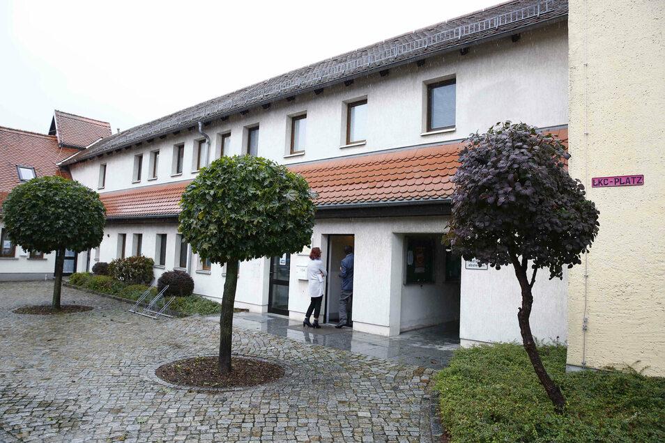 Das Gemeindeamt in Laußnitz. Vom oberen Stockwerk wird am Mittwoch die Gemeindekasse abgeseilt.