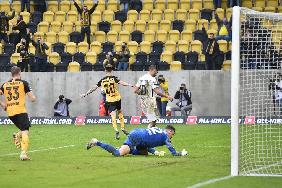 Deckel drauf: Julius Kade (Nr. 20) erzielt in der Nachspielzeit das 3:0 für Dynamo gegen Meppen.