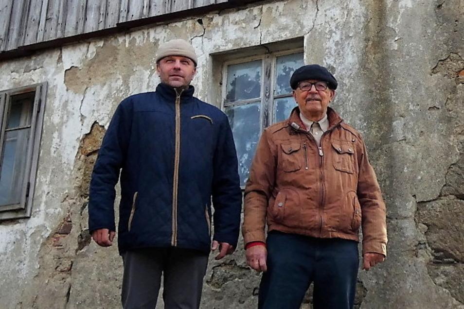 Die Neukircher AfD-Gemeinderäte Johannes Hummel (r.) und Knuth Pietsch haben brachliegende Grundstücke in der Gemeinde erfasst. Doch das übernimmt die Gemeindeverwaltung nun wieder selbst.