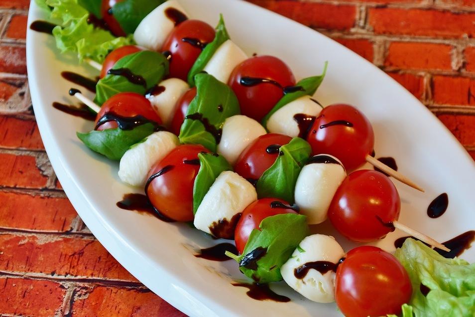 Der Klassiker: Tomaten und Mozzarella werden mit Balsamico serviert.