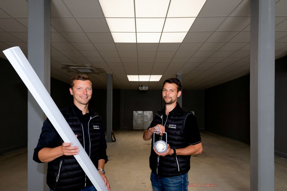 Gerade gilt es, die Lampen einzubauen - und auch der Fußboden hat noch Lücken. Ein straffes Programm wartet auf Fabian Zellmer (l.), Betreiber des neuen Edeka-Marktes im Bautzener Allende-viertel, und Patrick Schreyer, den Marktleiter.