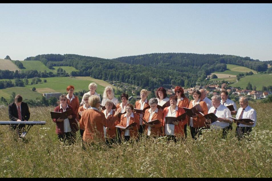 Der Heimatchor Polenztal bei einem kleinen Konzert im Grünen.