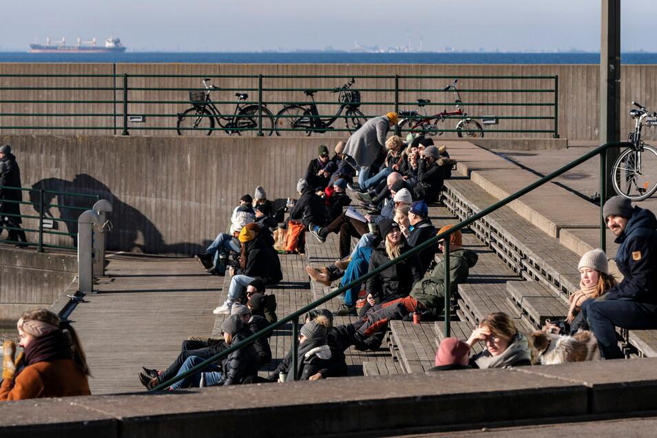 Menschen genießen das sonnige Wetter im Westhafen von Malmö. Die Neuinfektionszahlen bekommt Schweden seit Monaten nicht entscheidend in den Griff, nun steigen sie stattdessen wieder stärker an.