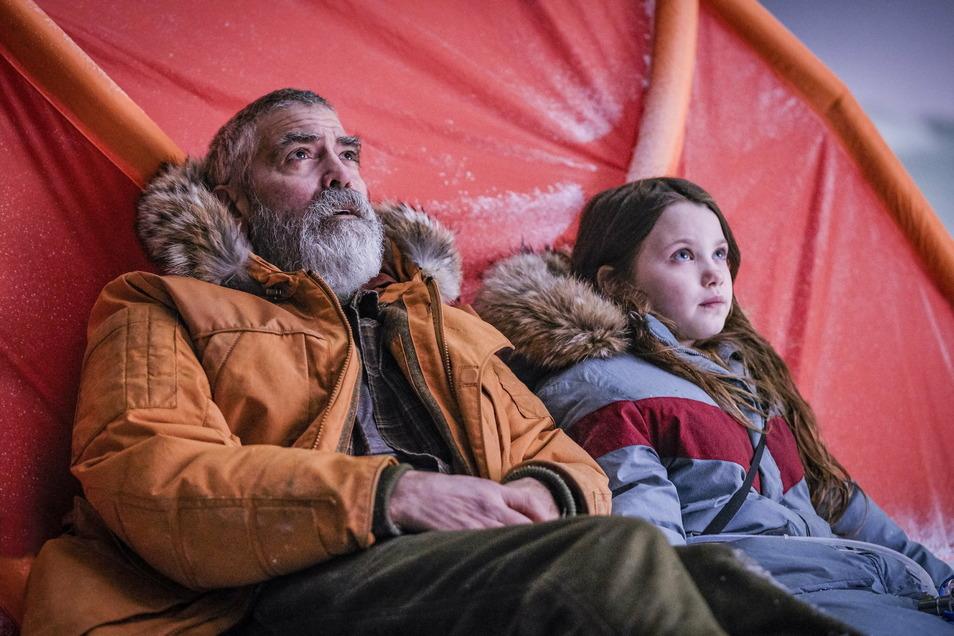 Augustine (George Clooney) und Iris (Caoilinn Springall) müssen versuchen, zwei Astronauten zurück zur Erde zu holen.