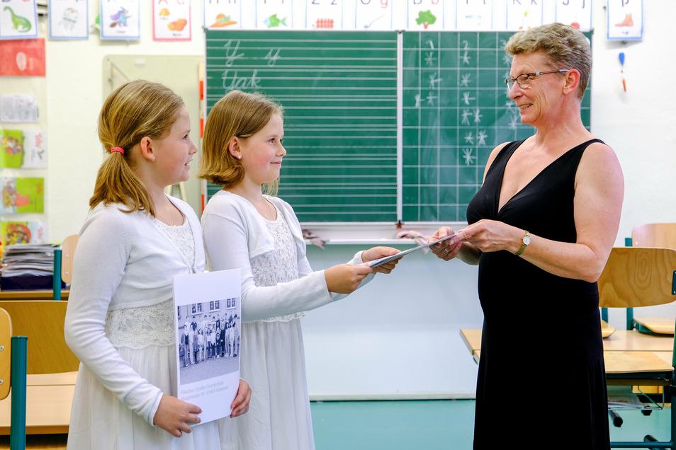 Stolz nehmen Anni und und Paula Wendrich ihre Zeugnisse von Klassenlehrerin Heike Stradtmann entgegen.