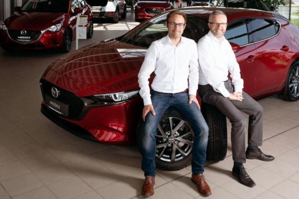 Inhaber Heiko Winter (r.) und Verkaufsleiter Martin Boese präsentieren im Bischofswerdaer Autohaus Richter das jüngste Modell des Mazda 3. Auch das wird am Sonntag auf der Automesse zu sehen sein.
