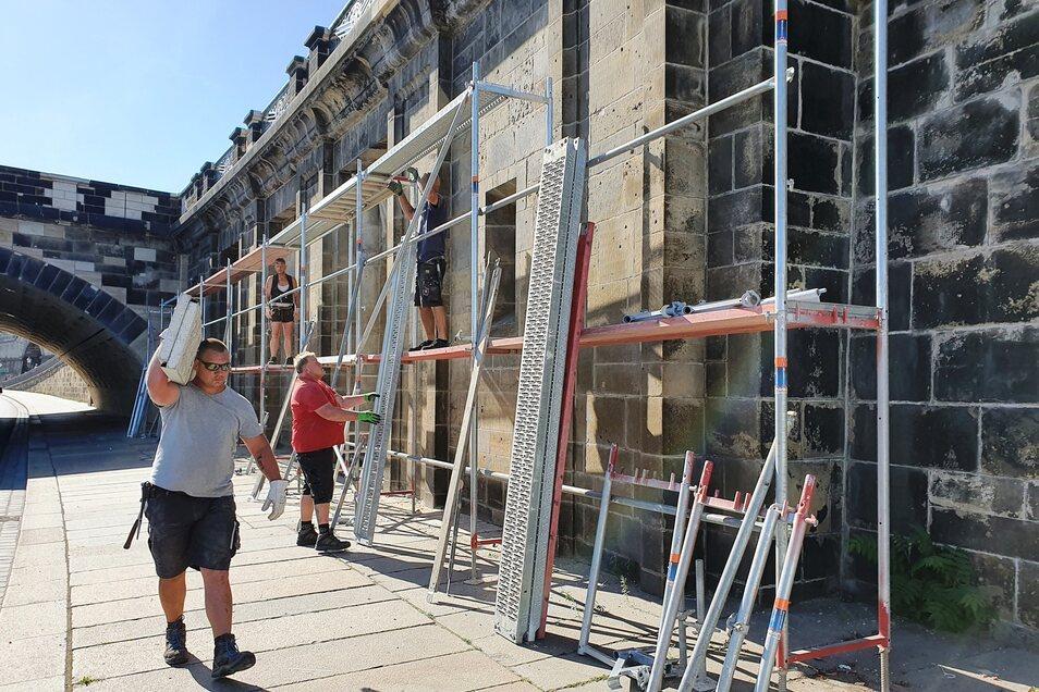 Gerüstbauer haben am Freitagvormittag binnen weniger Stunden die Gerüste am Pegelhaus neben der Augustusbrücke abgebaut.