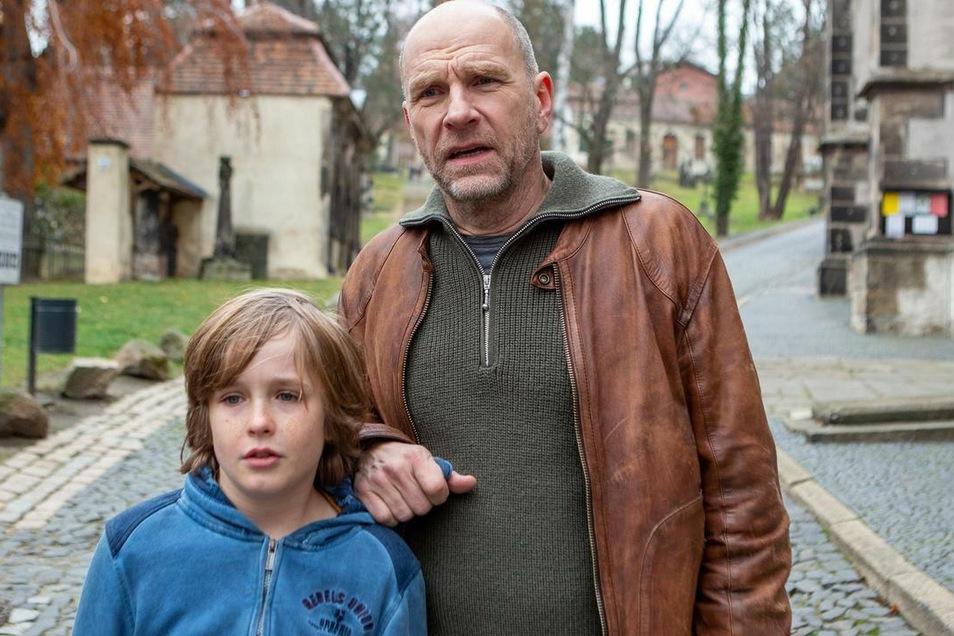 """Das """"Kind vom Finstertor"""" wird von Louis Christiansen verkörpert, hier in einer Szene mit Götz Schubert am Nikolaifriedhof."""