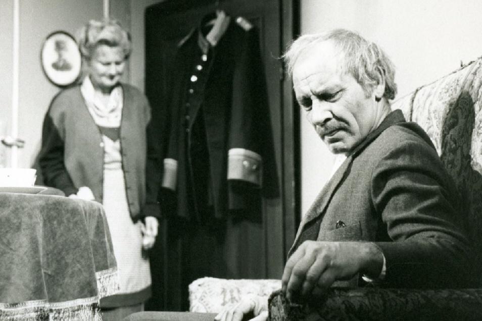 """An seiner Seite im """"Hauptmann von Köpenick"""" spielte auch Christine Gabsch mit."""