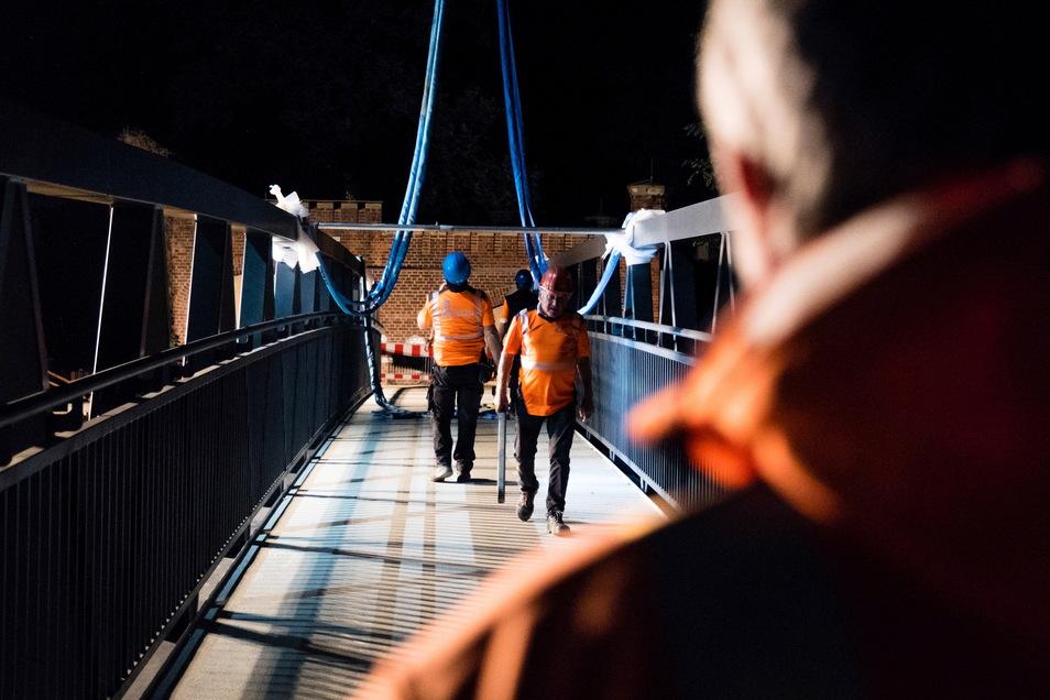 Geschafft. Die Seile des Krans werden gelöst, die Brücke kann begangen werden.