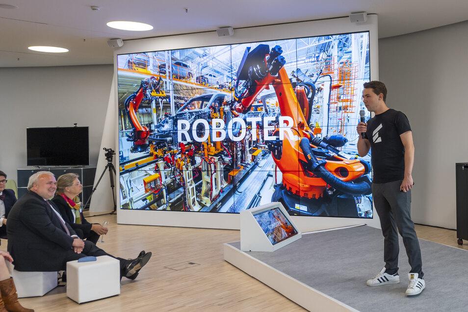 """Christian Piechnick stellt die Unternehmensidee von Wandelbots während der Gala zum Preis: """"Unternehmer des Jahres"""" 2019 vor."""