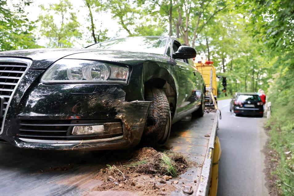 Dieser Audi kam von der Straße ab und kollidierte im Gegenverkehr mit einem Fahrzeug.