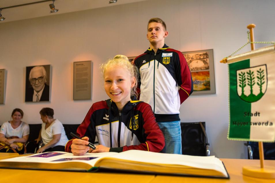 Die beiden Vizeweltmeister Pia Schütze und Daniel Blintsov durften sich im Rathaus ins Goldene Buch der Stadt eintragen – als erste Sportler seit 2003.