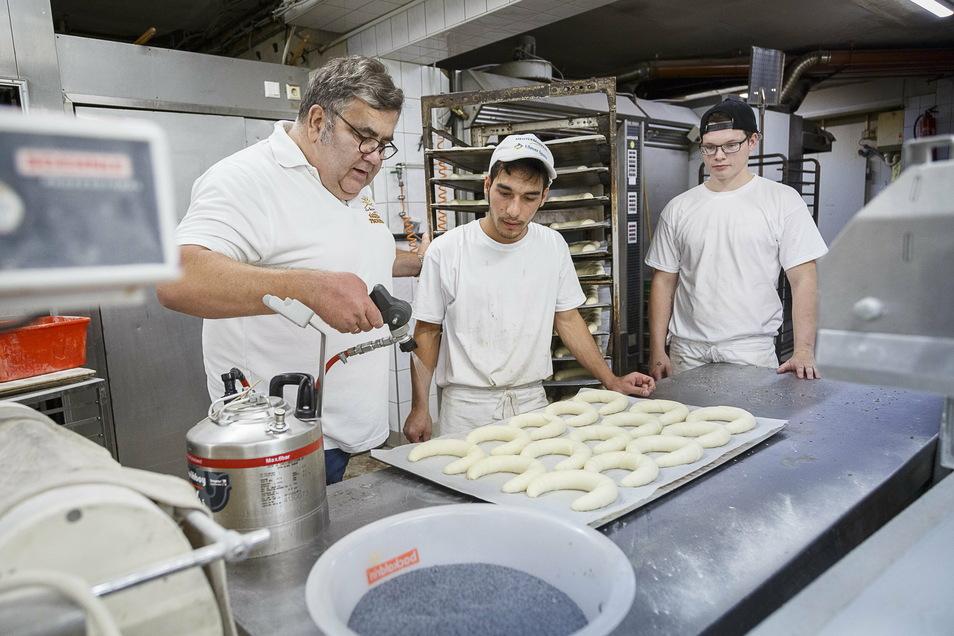 Lehrlinge wie hier bei Bäckermeister Michael Tschirch in Görlitz werden künftig an der Görlitzer Berufsschule ihr theoretisches Rüstzeug erfahren.
