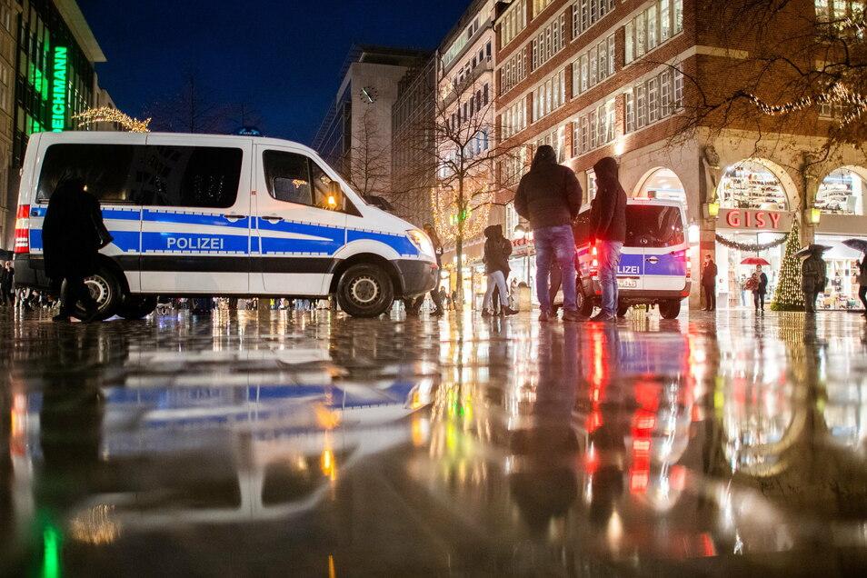 Polizisten stehen in der Innenstadt Hannovers und kontrollieren die Einhaltung der Corona-Verordnung.