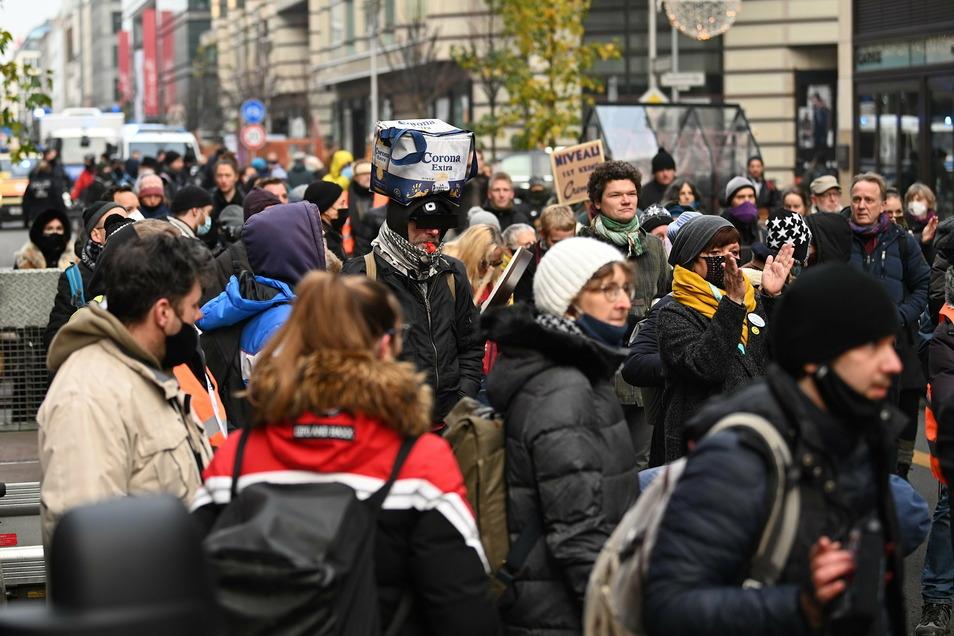 """Teilnehmer bei einer Demonstration der Gruppe """"Querdenken30"""" gegen """"Lügen der Presse""""."""