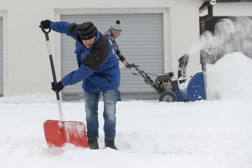 Schippen, was das Zeug hält: Jan Porsche (l.) aus Niederoderwitz leistet Nachbarschaftshilfe bei Rentner Klaus Reichelt.
