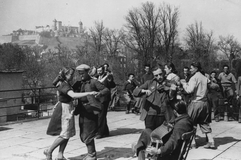 Als der Krieg zu Ende war: Nicht immer ging es zwischen Russen und Deutschen so friedlich zu wie hier. Aber es gab auch viel gegenseitige Zuneigung.