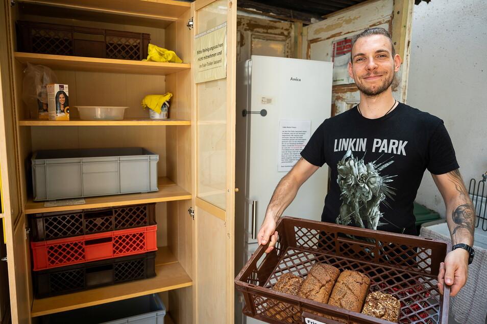 """Felix Schneider von der Initiative """"Foodsharing"""" steht vor dem neuen """"Fairteiler"""" am Bioladen """"NaturkostArche"""" an der Bautzener Straße 32 in Görlitz."""