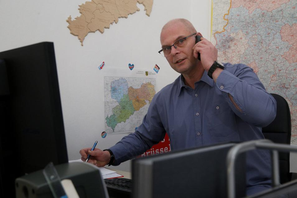 René Bochmann besetzt im Riesaer AfD-Büro an der Langen Straße ein am Donnerstag eingerichtetes Bürgertelefon.