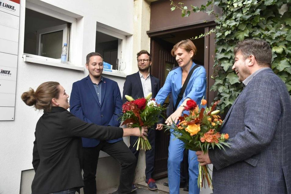 Linke-Kandidatin Katja Kipping nimmt am Wahlabend einen Blumenstrauß entgegen.
