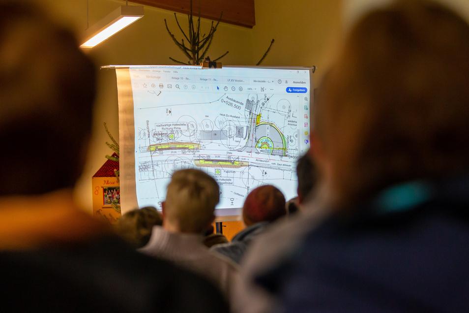 Einwohnerversammlung im Herbst 2019 in Neundorf: Pirna stellt die Pläne für die neue Buswendeschleife vor.