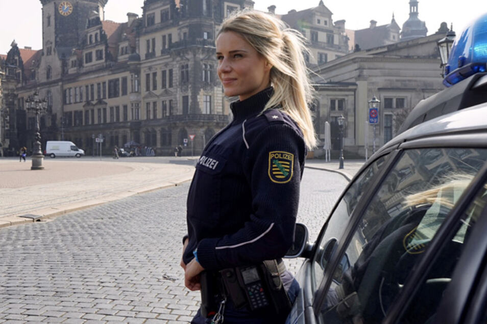 Das Foto von Adrienne Koleszar in Polizeiuniform ging 2016 um die Welt.