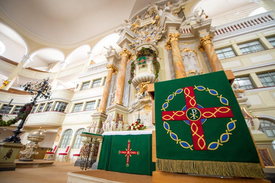 So sind die neuen Paramente am Altar, Lesepult und der Kanzel unter der Orgel zu sehen.
