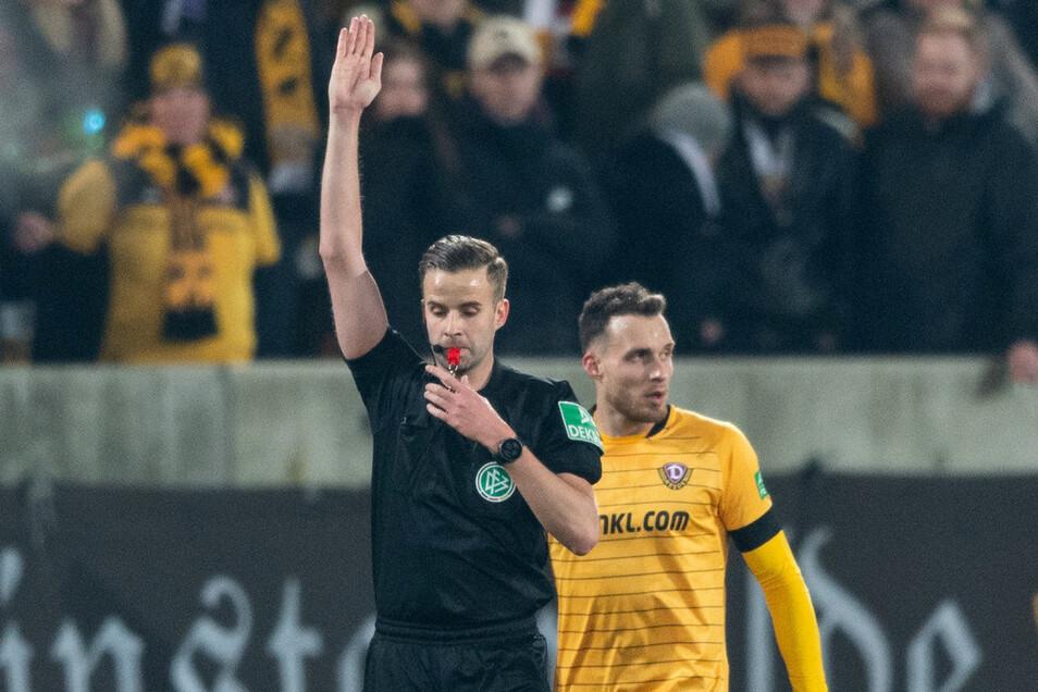 In der Zweitligapartie Dynamo gegen Darmstadt hatte Dresdens Stürmer Patrick Schmidt zum 3:3 für getroffen, doch der Schiedsrichter gab das Tor nicht, sondern entschied nach Ansicht der Zeitlupe auf Abseits.