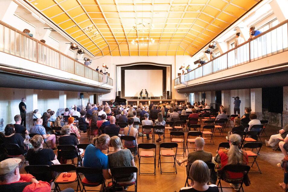 Der Ballsaal im Zentralwerk wurde renoviert und soll nun für Veranstaltungen genutzt werden. Auch auf der umlaufenden Empore haben Zuschauer Platz.