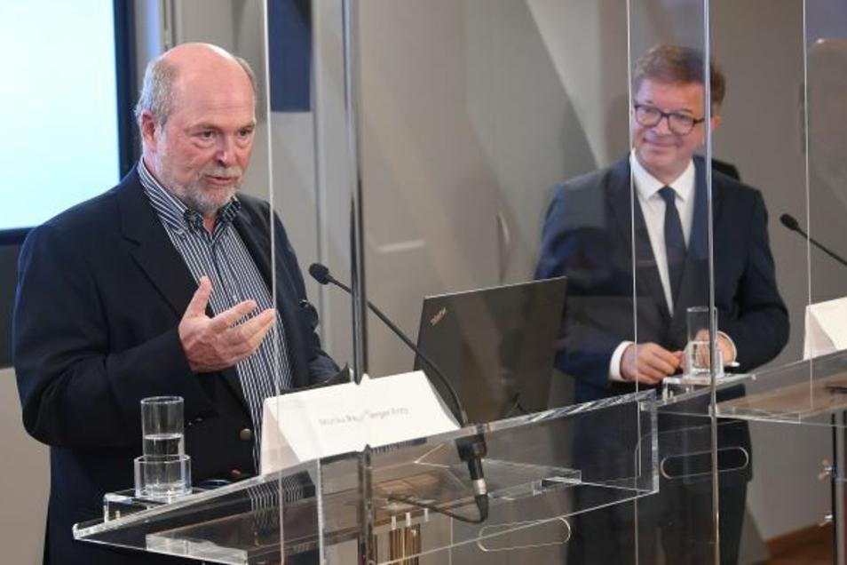Prof. Herwig Kollaritsch (links) hat selbst eine RNA-Impfung mitentwickelt und bisher 400 wissenschaftliche Arbeiten zum Thema Impfen publiziert.