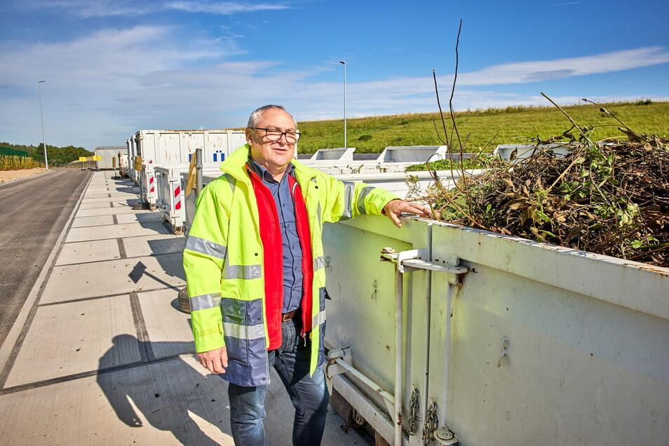 Olaf Müller von der Geschäftsführung des hiesigen Abfallzweckverbandes ZAOE steht an einem Container, in dem Grünschnitt gesammelt wird.