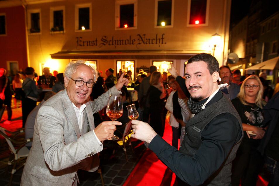 """Theatermann Tom Pauls gratulierte Tino Wunderlich, dem Geschäftsführer der Schmole-Kaffeerösterei großen Jubiläum, das beim """"Langen Einkaufen"""" in Pirna gefeiert wurde."""